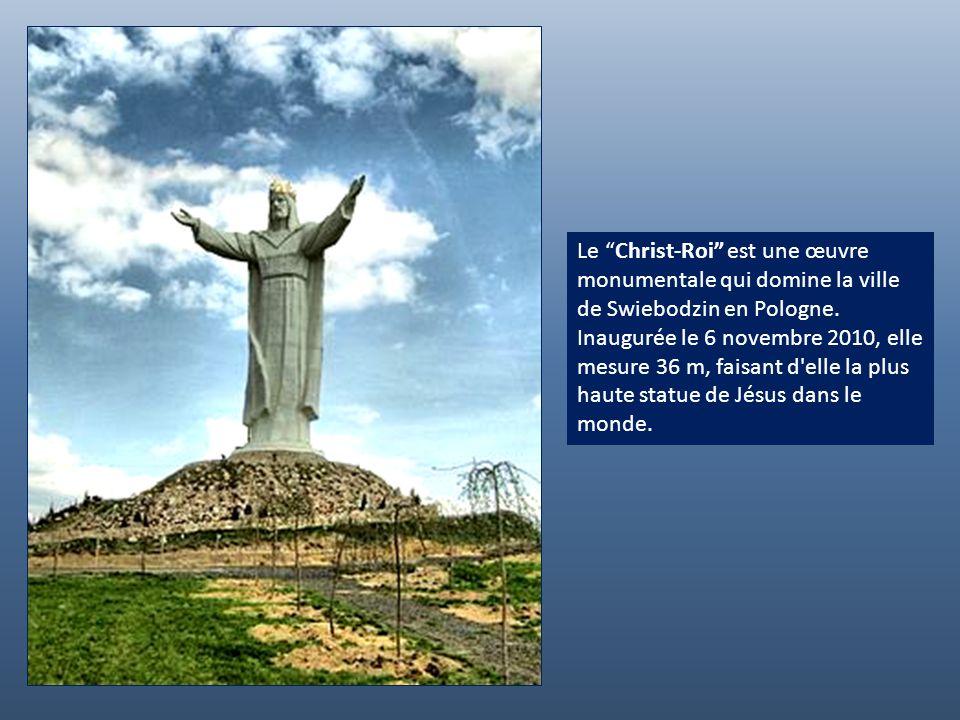 Le Christ-Roi est une œuvre monumentale qui domine la ville de Swiebodzin en Pologne.