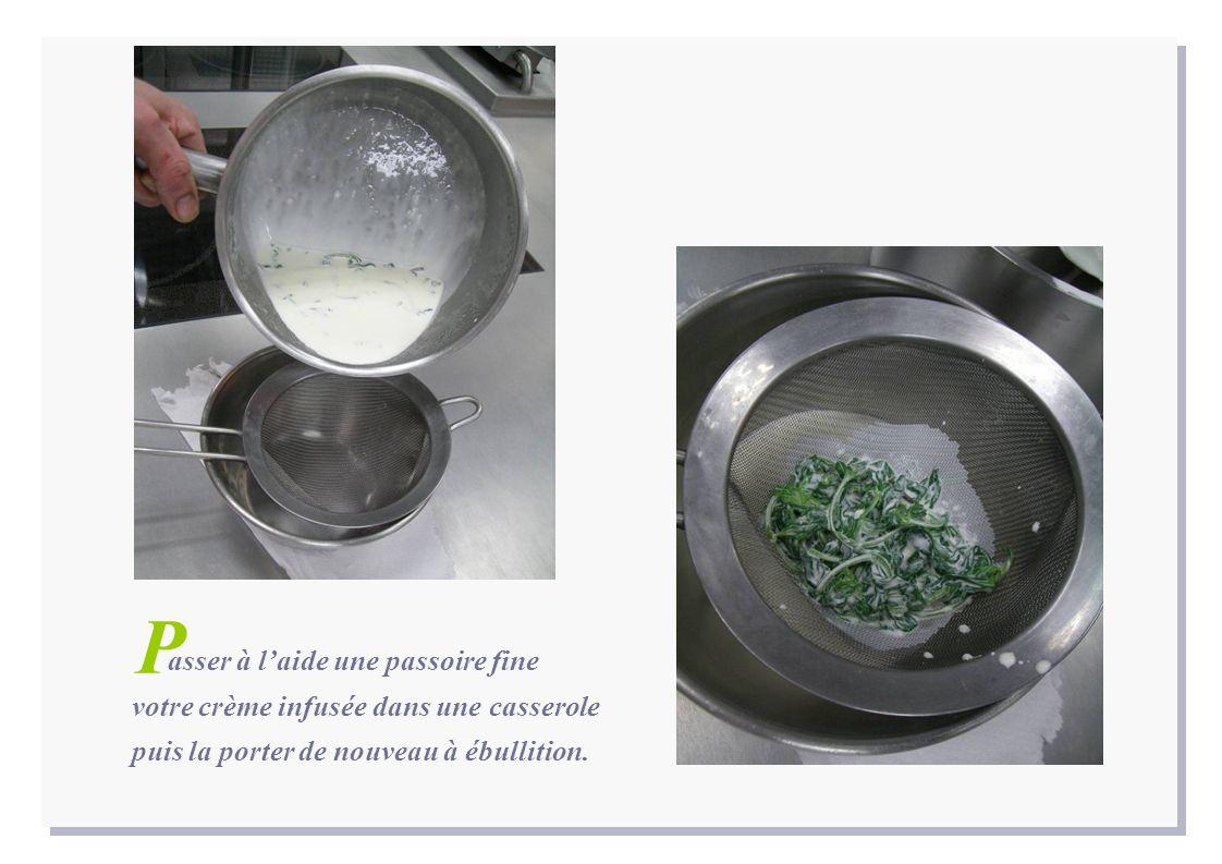 P asser à l'aide une passoire fine votre crème infusée dans une casserole puis la porter de nouveau à ébullition.