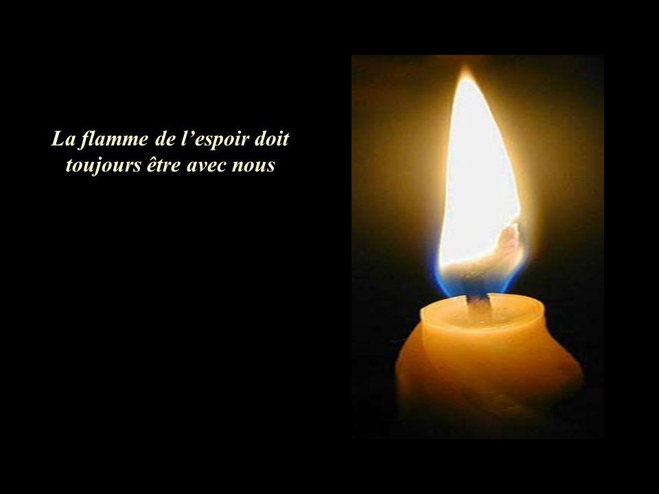 La flamme de l'espoir doit toujours être avec nous