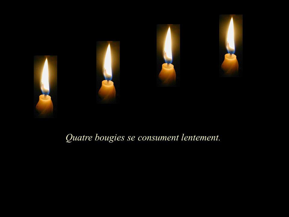 Quatre bougies se consument lentement.