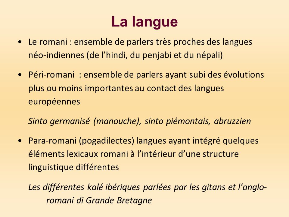 La langue Le romani : ensemble de parlers très proches des langues néo-indiennes (de l'hindi, du penjabi et du népali)