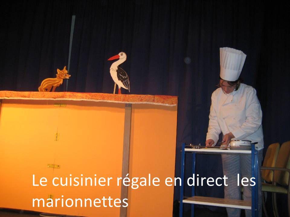 Le cuisinier régale en direct les marionnettes