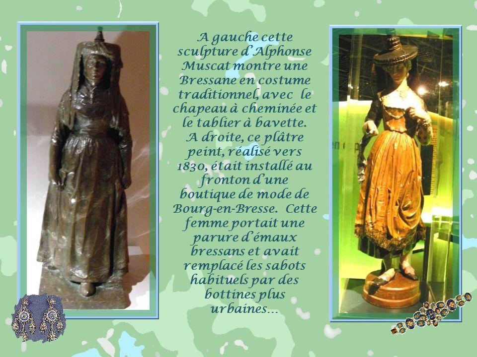 A gauche cette sculpture d'Alphonse Muscat montre une Bressane en costume traditionnel, avec le chapeau à cheminée et le tablier à bavette.