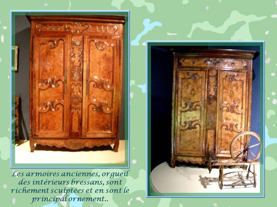 Les armoires anciennes, orgueil des intérieurs bressans, sont richement sculptées et en sont le principal ornement..
