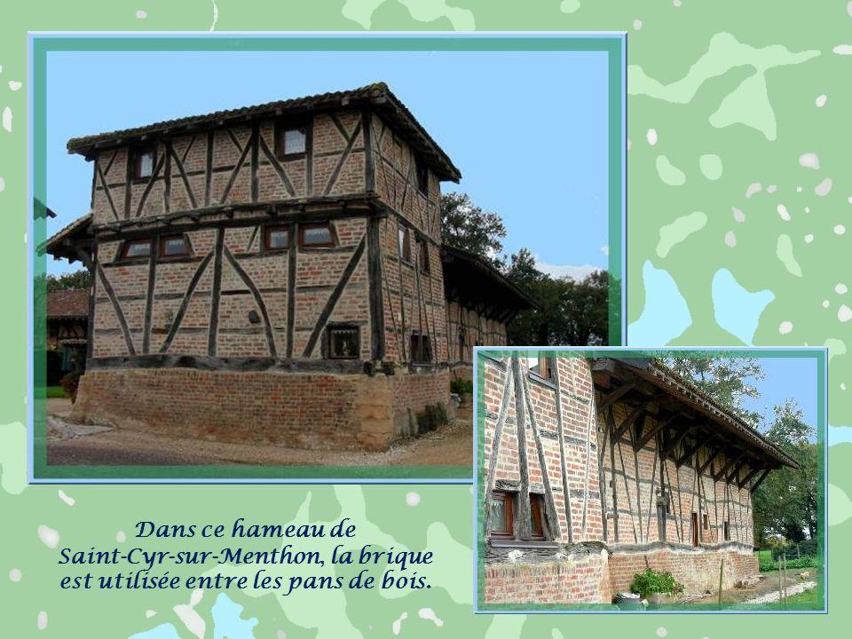 Saint-Cyr-sur-Menthon, la brique est utilisée entre les pans de bois.