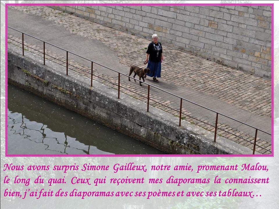 Nous avons surpris Simone Gailleux, notre amie, promenant Malou, le long du quai.