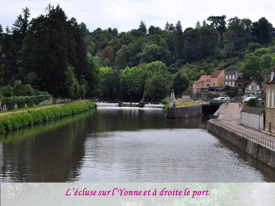 L'écluse sur l'Yonne et à droite le port.