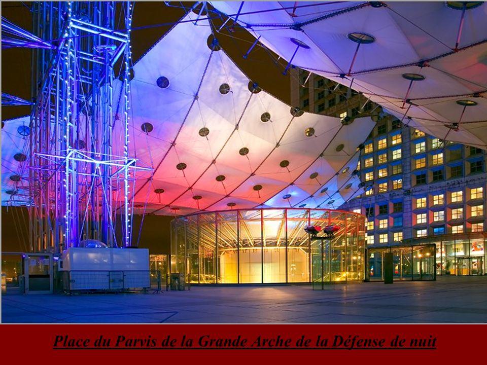 Place du Parvis de la Grande Arche de la Défense de nuit