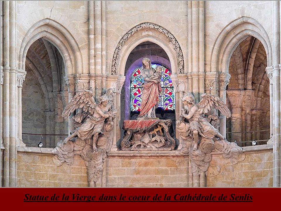 Statue de la Vierge dans le coeur de la Cathédrale de Senlis
