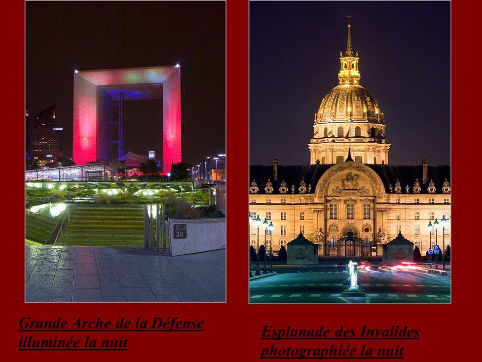 Grande Arche de la Défense illuminée la nuit