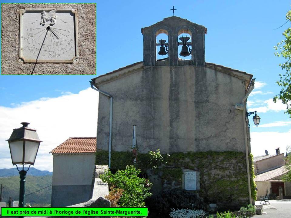 Il est près de midi à l'horloge de l'église Sainte-Marguerite.