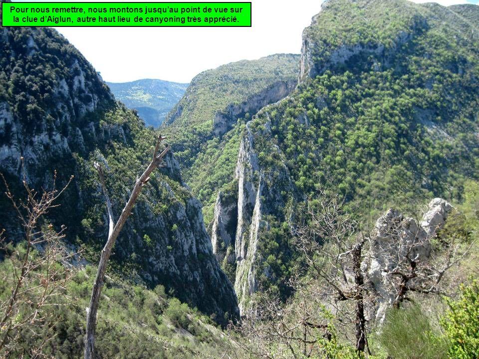 Pour nous remettre, nous montons jusqu'au point de vue sur la clue d'Aiglun, autre haut lieu de canyoning très apprécié.