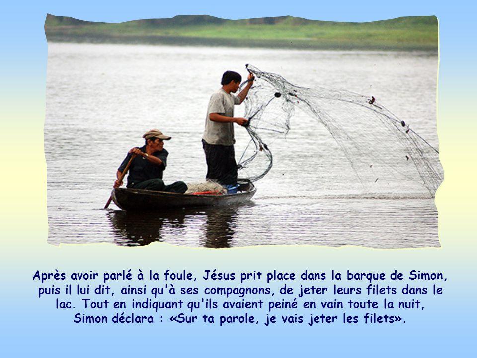 Après avoir parlé à la foule, Jésus prit place dans la barque de Simon, puis il lui dit, ainsi qu à ses compagnons, de jeter leurs filets dans le lac.