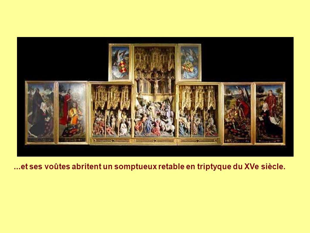 ...et ses voûtes abritent un somptueux retable en triptyque du XVe siècle.
