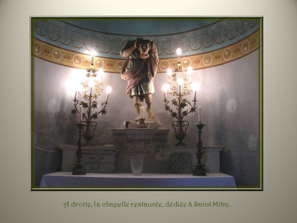 A droite, la chapelle restaurée, dédiée à Saint Mitre.