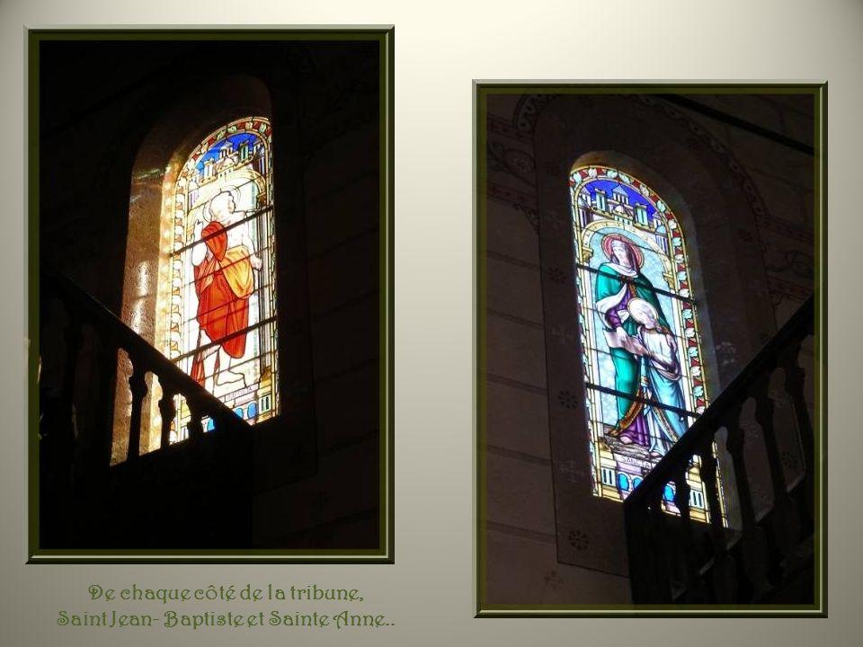 De chaque côté de la tribune, Saint Jean- Baptiste et Sainte Anne..