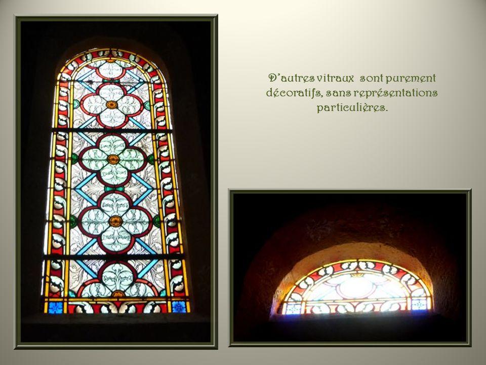 D'autres vitraux sont purement décoratifs, sans représentations particulières.