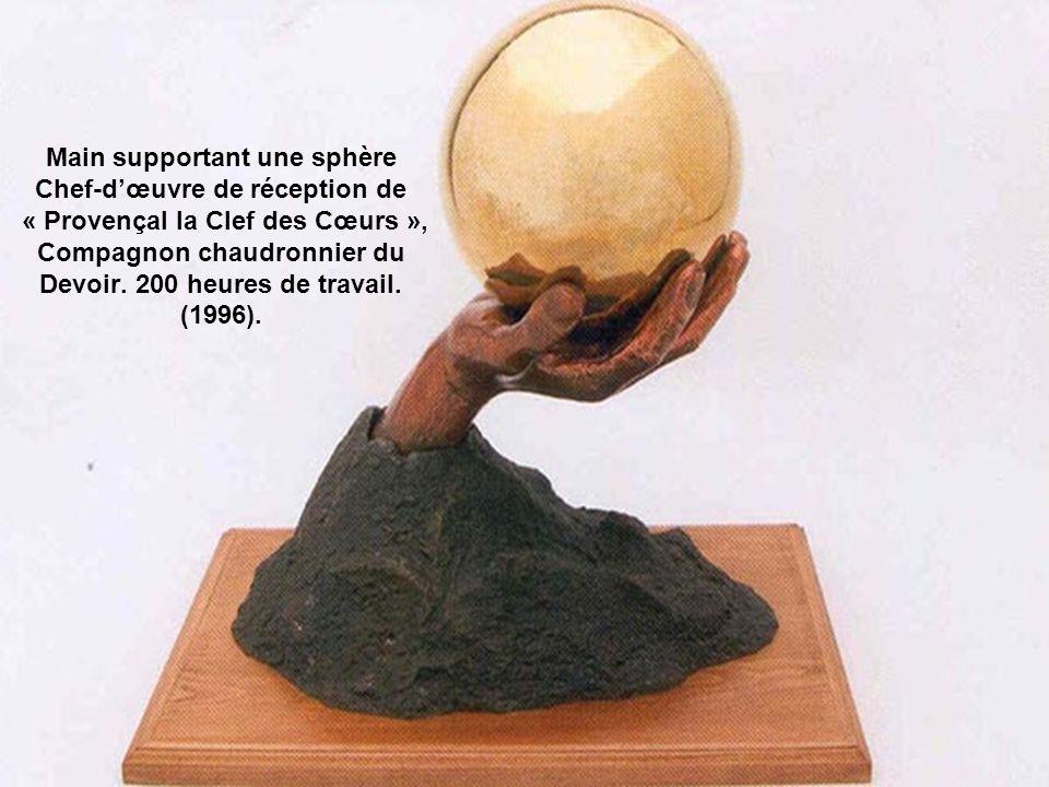 Main supportant une sphère Chef-d'œuvre de réception de « Provençal la Clef des Cœurs », Compagnon chaudronnier du Devoir.