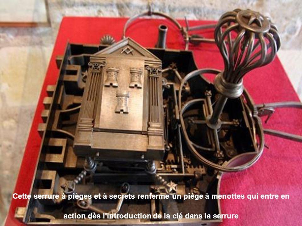 Cette serrure à pièges et à secrets renferme un piège à menottes qui entre en action dès l introduction de la clé dans la serrure