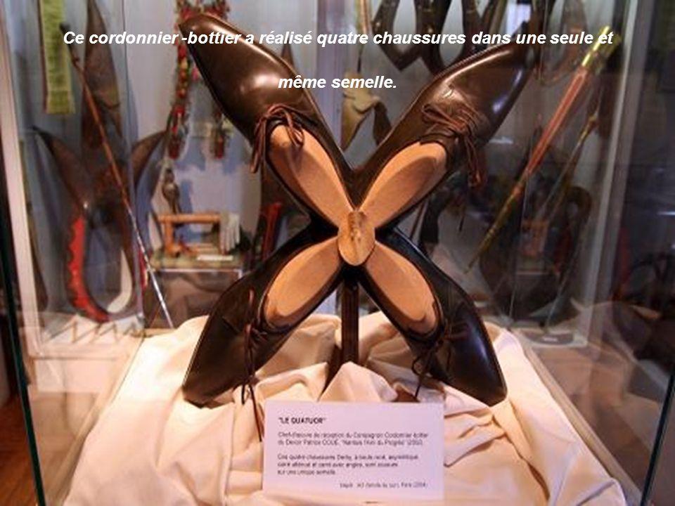 Ce cordonnier -bottier a réalisé quatre chaussures dans une seule et même semelle.