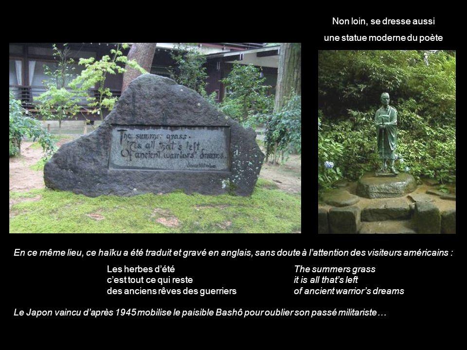 Non loin, se dresse aussi une statue moderne du poète