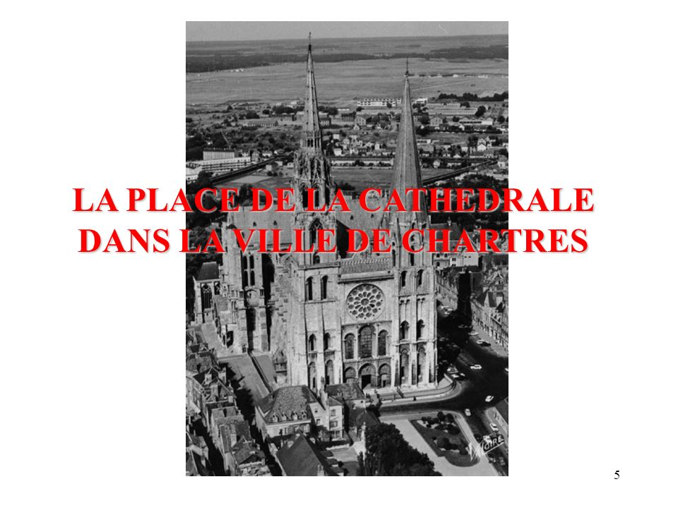 LA PLACE DE LA CATHEDRALE DANS LA VILLE DE CHARTRES
