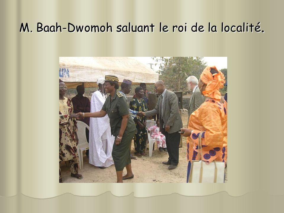 M. Baah-Dwomoh saluant le roi de la localité.
