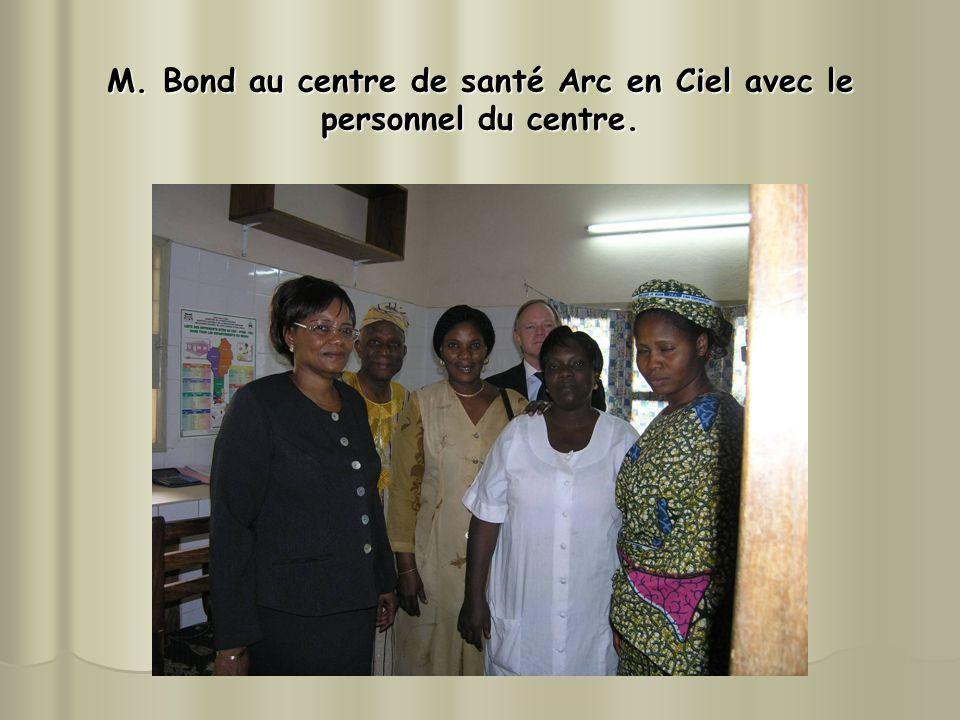 M. Bond au centre de santé Arc en Ciel avec le personnel du centre.