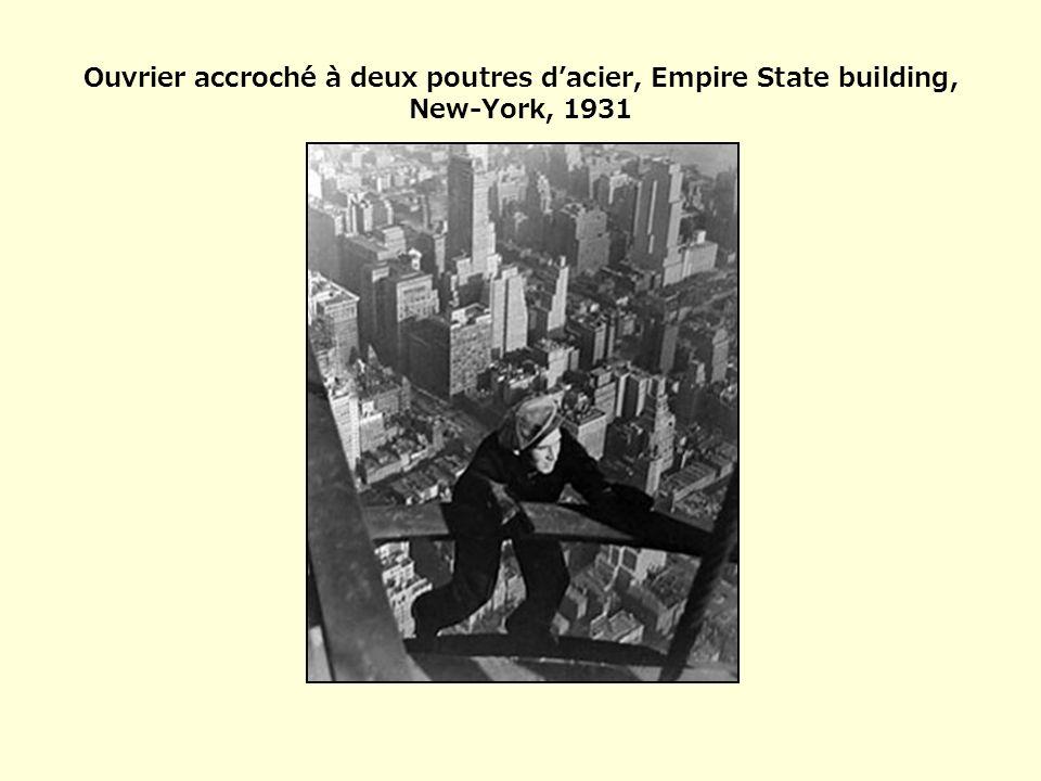Ouvrier accroché à deux poutres d'acier, Empire State building, New-York, 1931