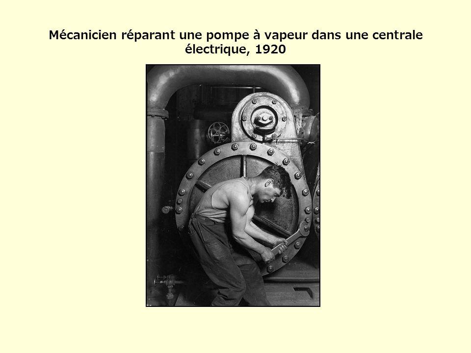 Mécanicien réparant une pompe à vapeur dans une centrale électrique, 1920