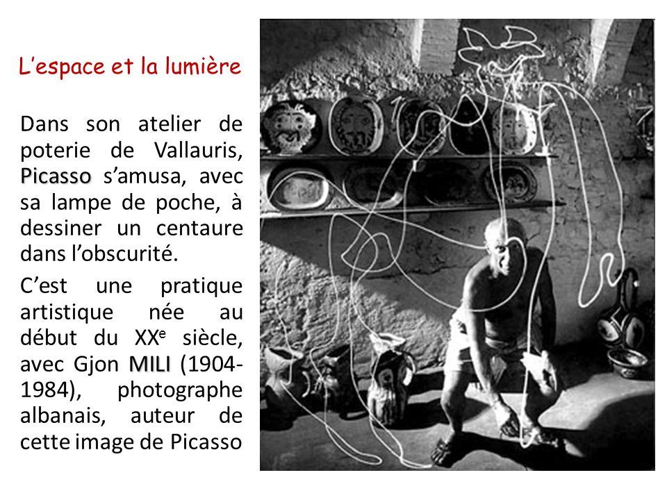 L'espace et la lumière Dans son atelier de poterie de Vallauris, Picasso s'amusa, avec sa lampe de poche, à dessiner un centaure dans l'obscurité.