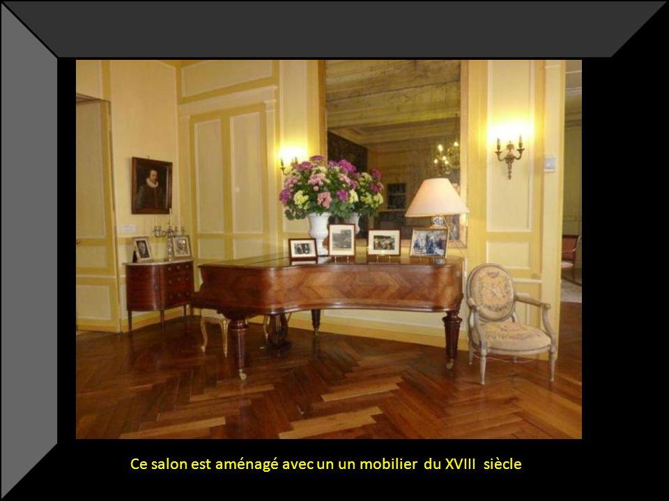 Ce salon est aménagé avec un un mobilier du XVIII siècle