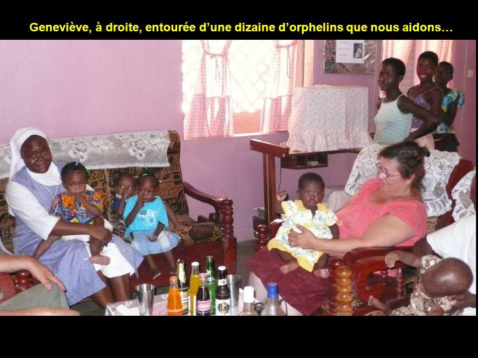 Geneviève, à droite, entourée d'une dizaine d'orphelins que nous aidons…