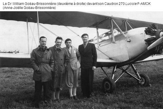 Le Dr William Goëau-Brissonnière (deuxième à droite) devant son Caudron 270 Luciole F-AMCK