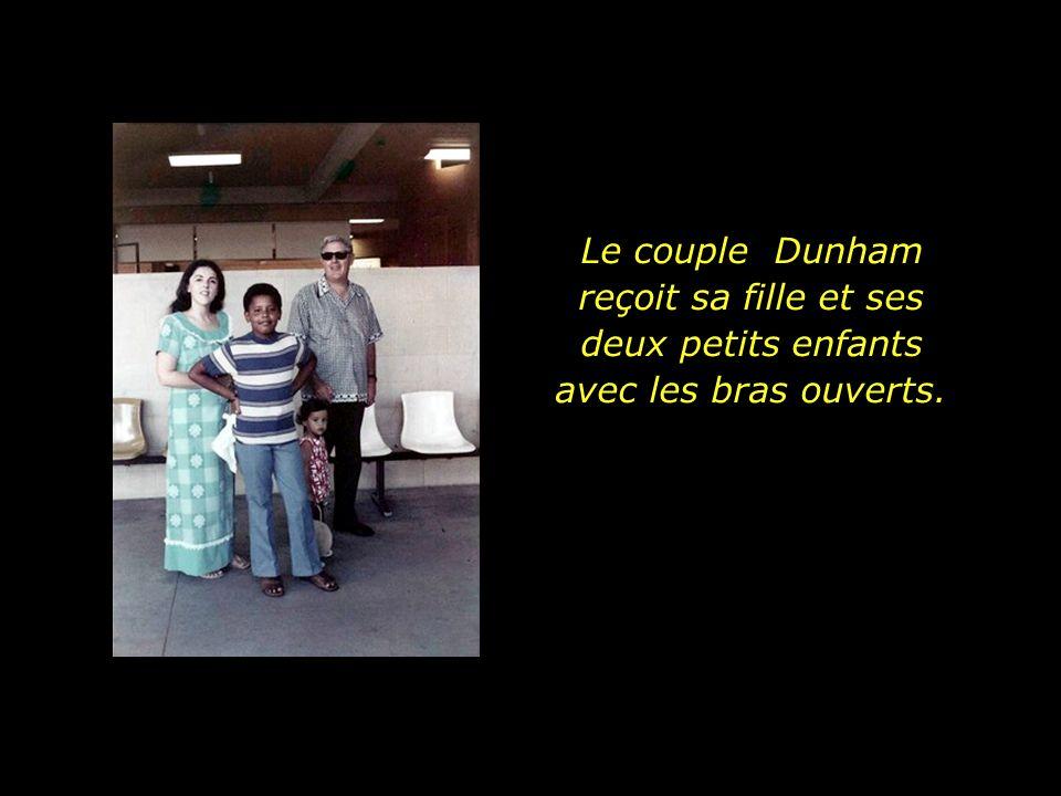 Le couple Dunham reçoit sa fille et ses deux petits enfants avec les bras ouverts.