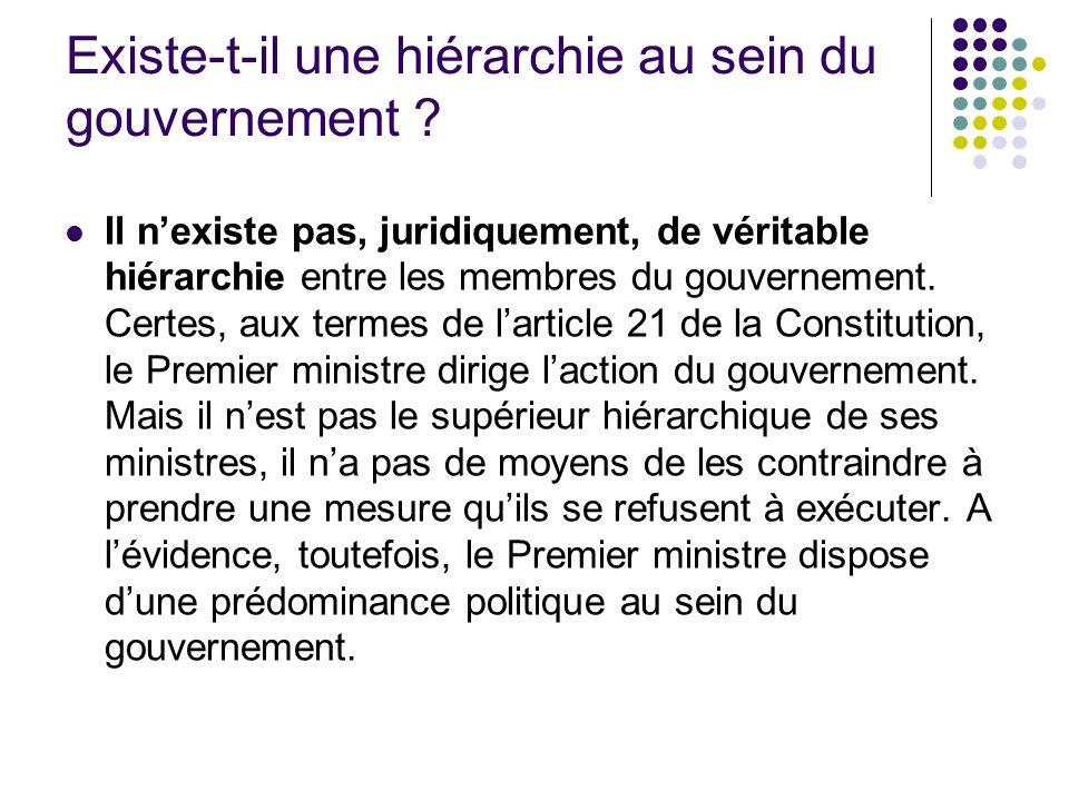 Existe-t-il une hiérarchie au sein du gouvernement