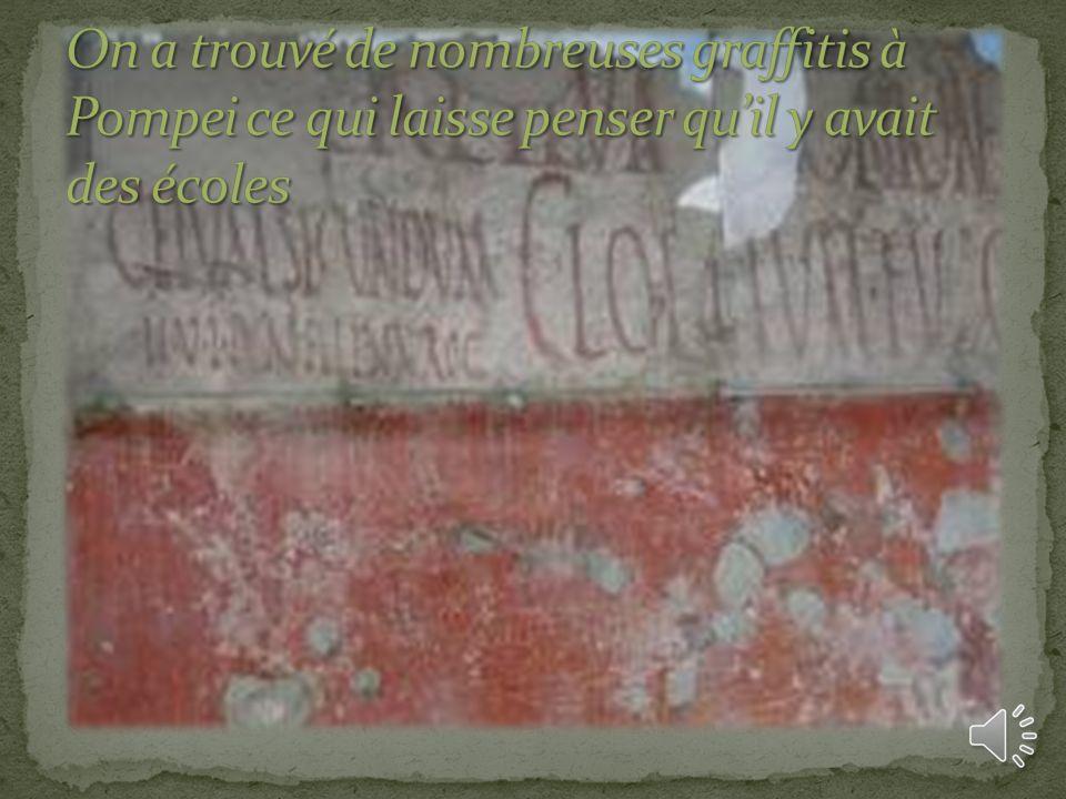 On a trouvé de nombreuses graffitis à Pompei ce qui laisse penser qu'il y avait des écoles
