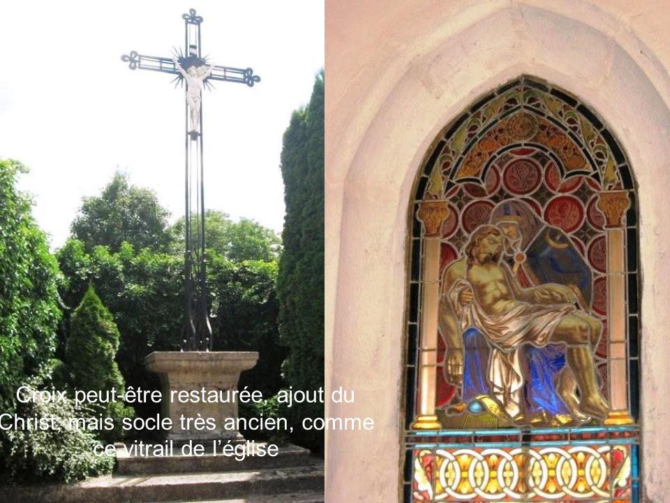 Croix peut-être restaurée, ajout du Christ, mais socle très ancien, comme ce vitrail de l'église
