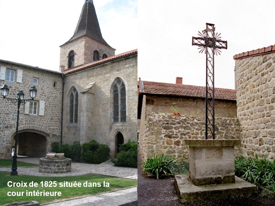 Croix de 1825 située dans la cour intérieure