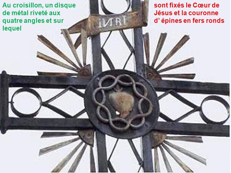 Au croisillon, un disque de métal riveté aux quatre angles et sur lequel