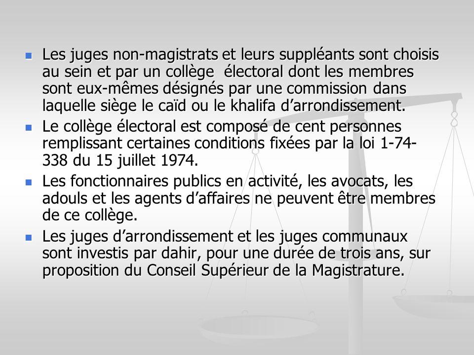 Les juges non-magistrats et leurs suppléants sont choisis au sein et par un collège électoral dont les membres sont eux-mêmes désignés par une commission dans laquelle siège le caïd ou le khalifa d'arrondissement.