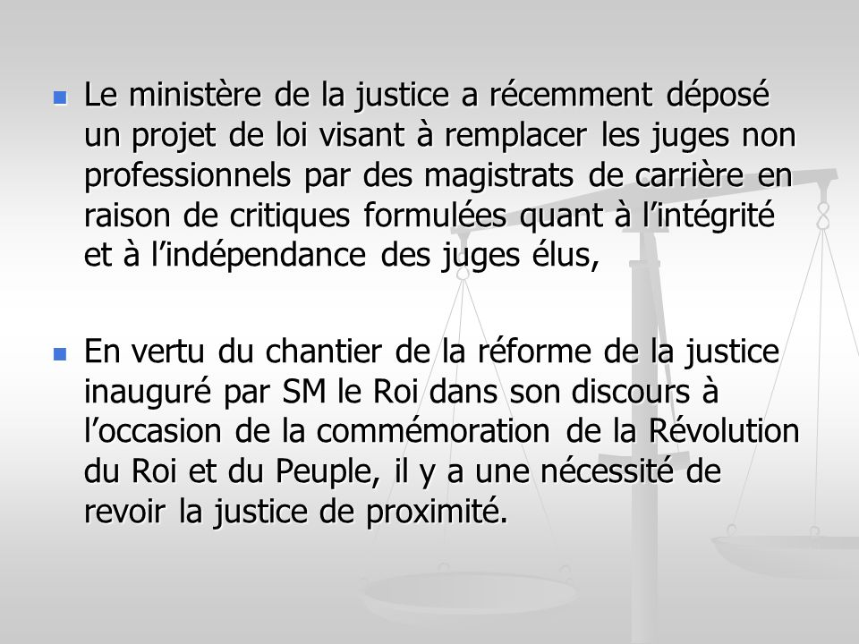 Le ministère de la justice a récemment déposé un projet de loi visant à remplacer les juges non professionnels par des magistrats de carrière en raison de critiques formulées quant à l'intégrité et à l'indépendance des juges élus,