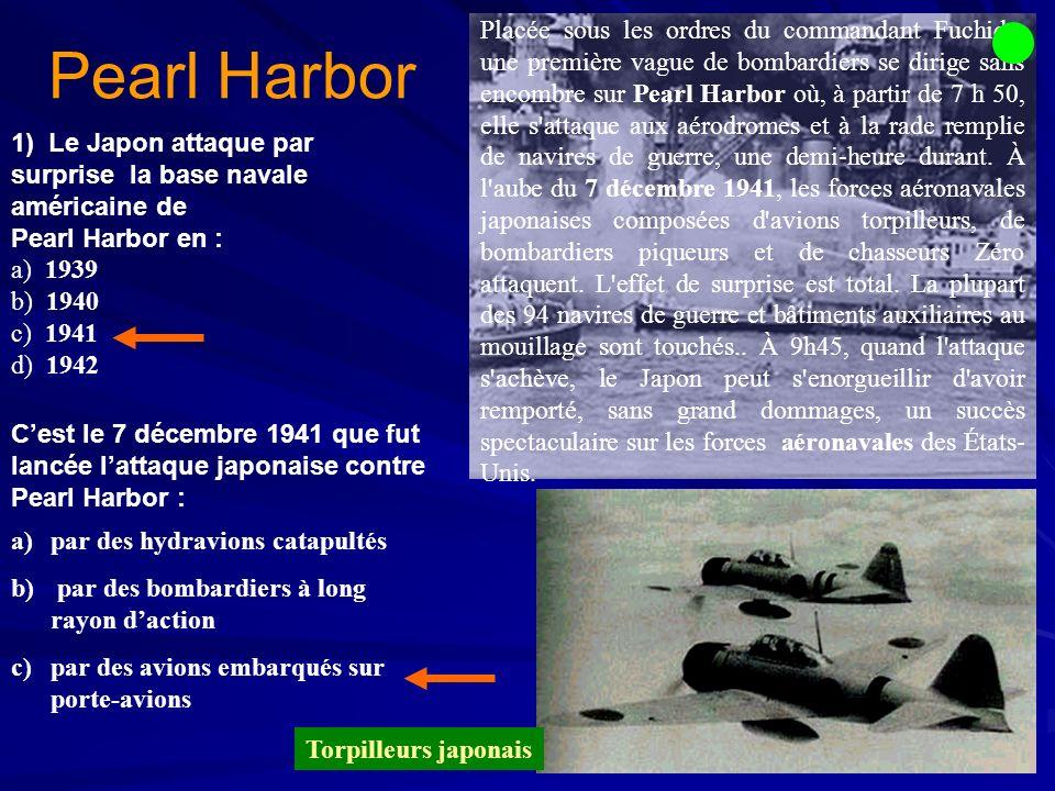 Placée sous les ordres du commandant Fuchida, une première vague de bombardiers se dirige sans encombre sur Pearl Harbor où, à partir de 7 h 50, elle s attaque aux aérodromes et à la rade remplie de navires de guerre, une demi-heure durant. À l aube du 7 décembre 1941, les forces aéronavales japonaises composées d avions torpilleurs, de bombardiers piqueurs et de chasseurs Zéro attaquent. L effet de surprise est total. La plupart des 94 navires de guerre et bâtiments auxiliaires au mouillage sont touchés.. À 9h45, quand l attaque s achève, le Japon peut s enorgueillir d avoir remporté, sans grand dommages, un succès spectaculaire sur les forces aéronavales des États- Unis.