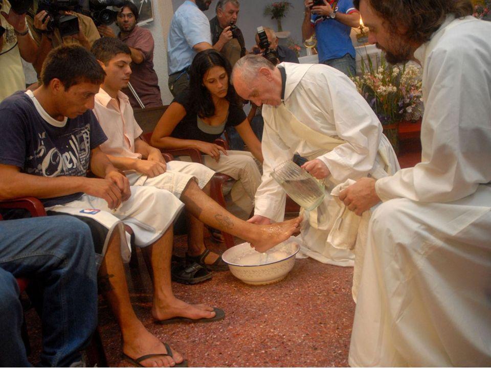 p Pour le Jeudi Saint, le Pape François a lavé les pies de 12 jeunes prisonniers dont une italienne et une serbe musulmane.
