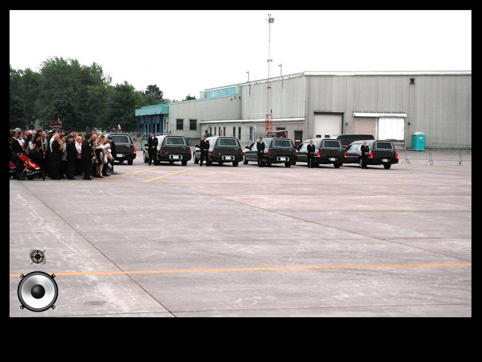 Les familles attendent l'avion ramenant les corps des soldats Canadiens mort en Afghanistan.