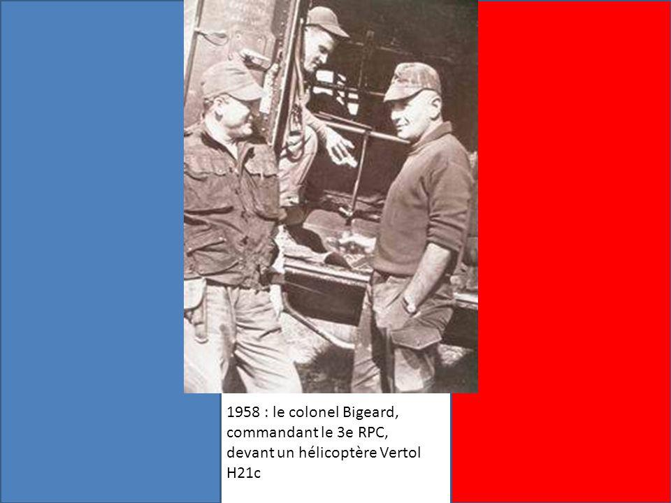 1958 : le colonel Bigeard, commandant le 3e RPC, devant un hélicoptère Vertol H21c