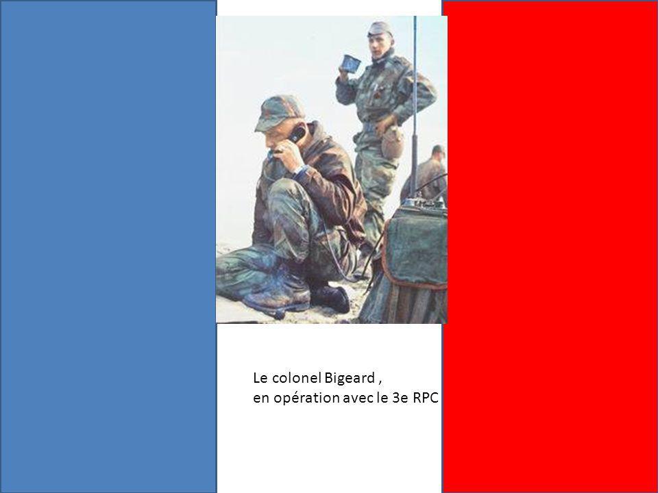 Le colonel Bigeard , en opération avec le 3e RPC