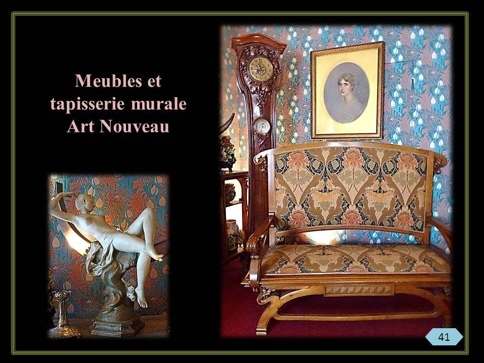 Meubles et tapisserie murale Art Nouveau