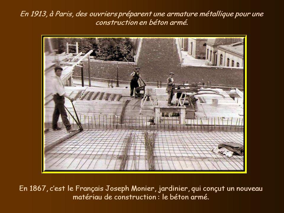 En 1913, à Paris, des ouvriers préparent une armature métallique pour une construction en béton armé.