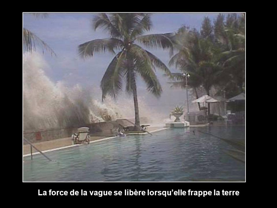 La force de la vague se libère lorsqu'elle frappe la terre